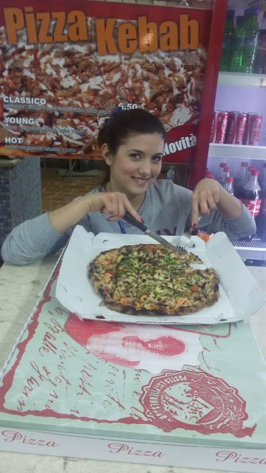 Tagliando una pizza e tentando con lo sguardo