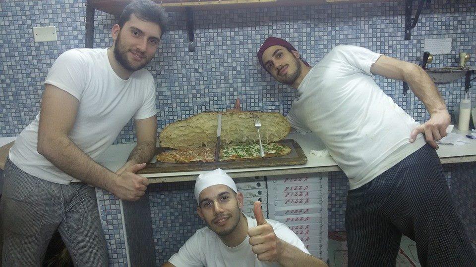 I tre pizzaioli con i panino di pizza