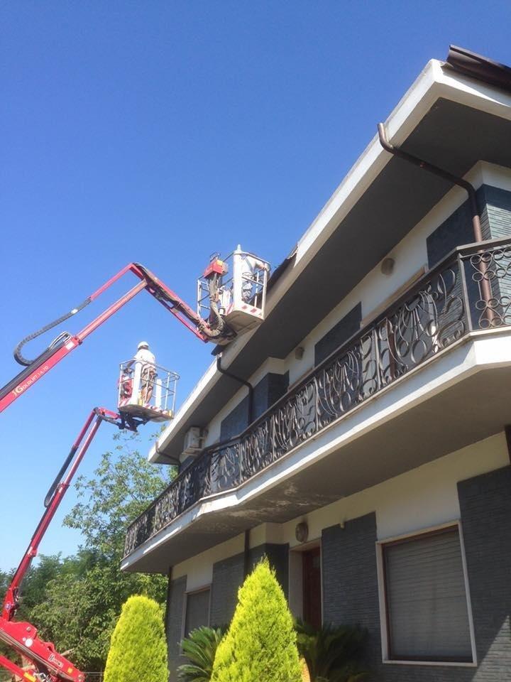 lavori in quota con piattaforma cornicione casa