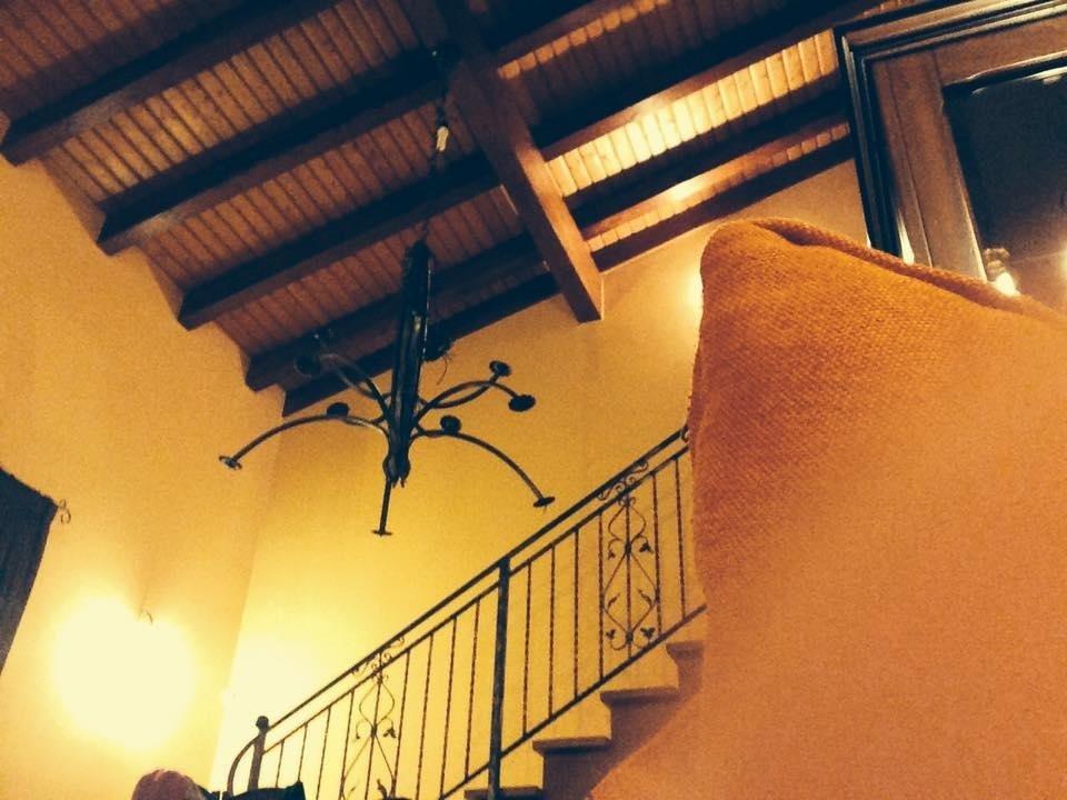 interno casa con coperture in legno lamellare