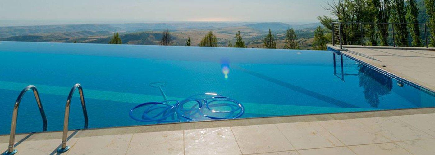 Una piscina all'aperto dalle forme minimal con vista