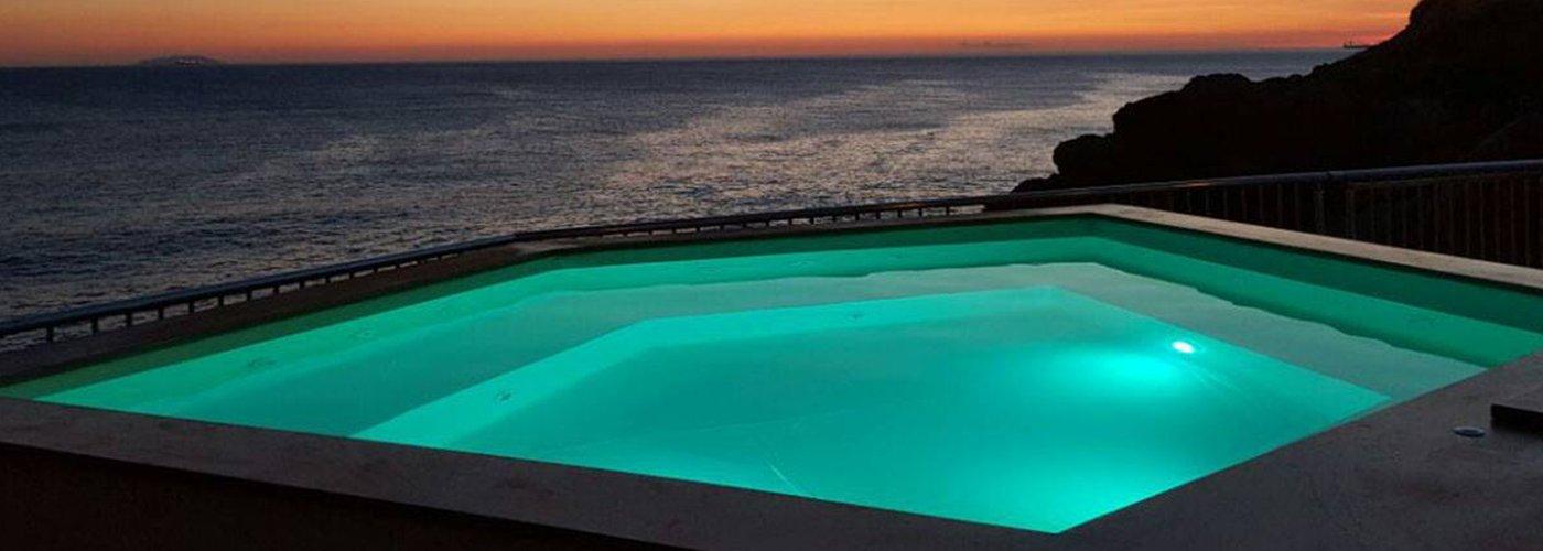 Una piscina all'aperto esagonale con vista