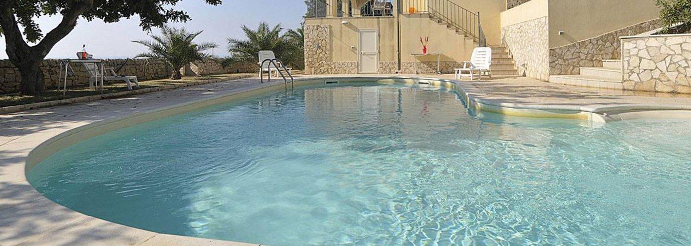Una piscina all'aperto molto grande classica