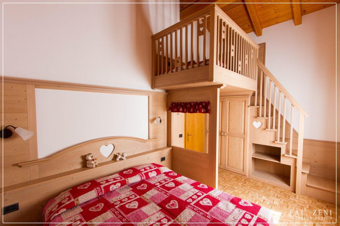 Cameretta in legno con scala interna