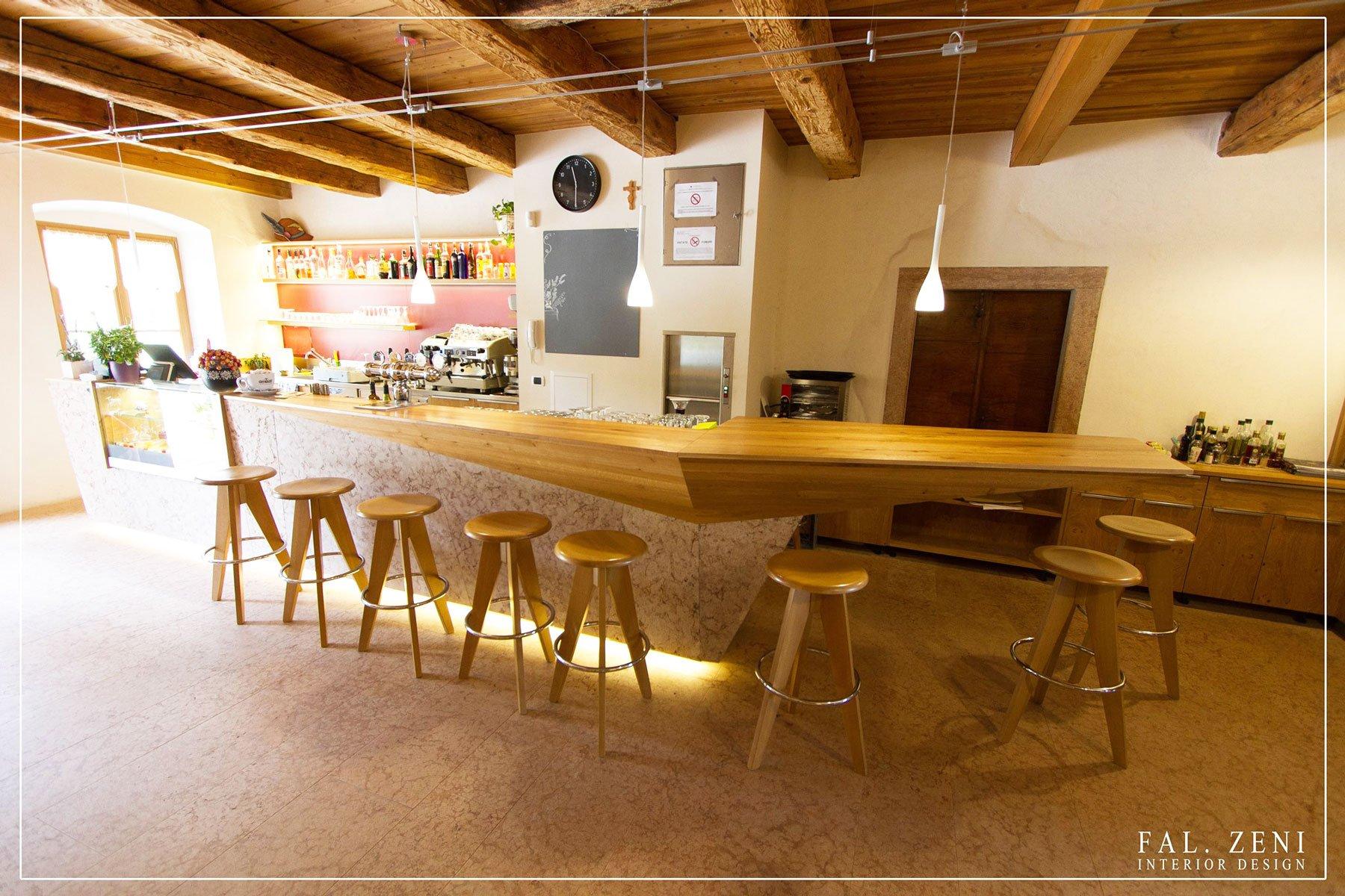 Bancone minimal in legno di un bar con sgabelli