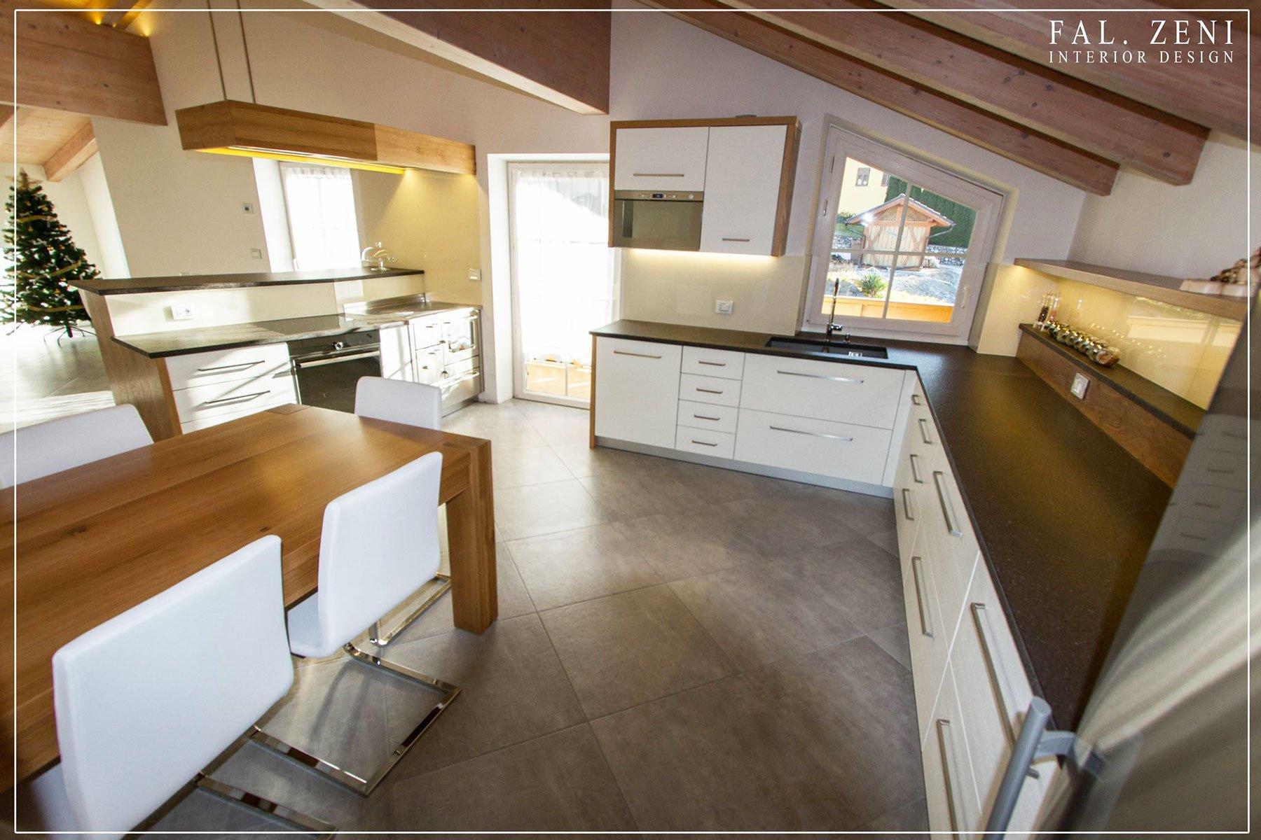 Cucina moderna/minimal con tavolo in legno