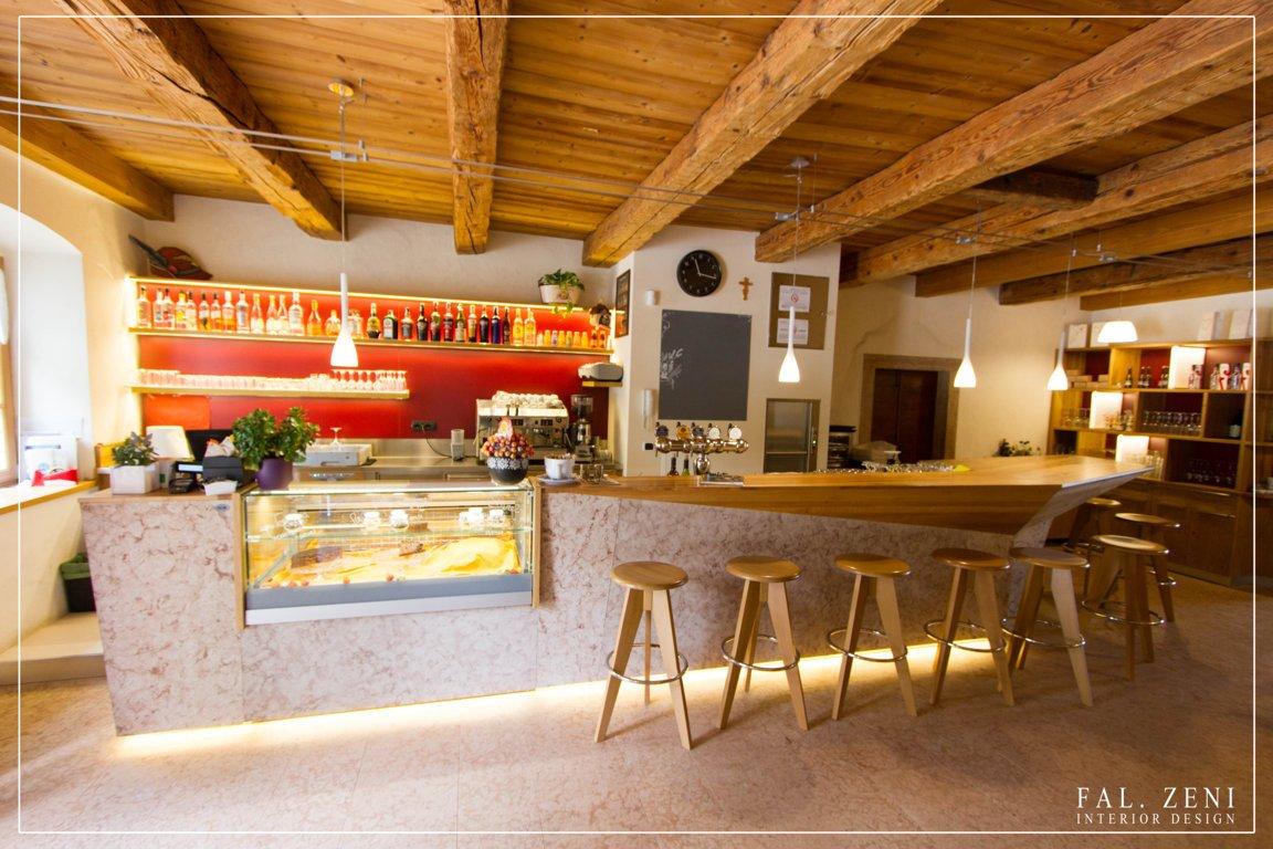 Interno di un bar con mobili in legno