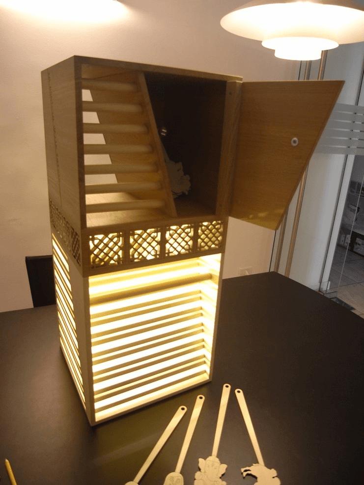 Un complemento d'arredo innovativo che funge da lampada e porta oggetti/libri/DVD