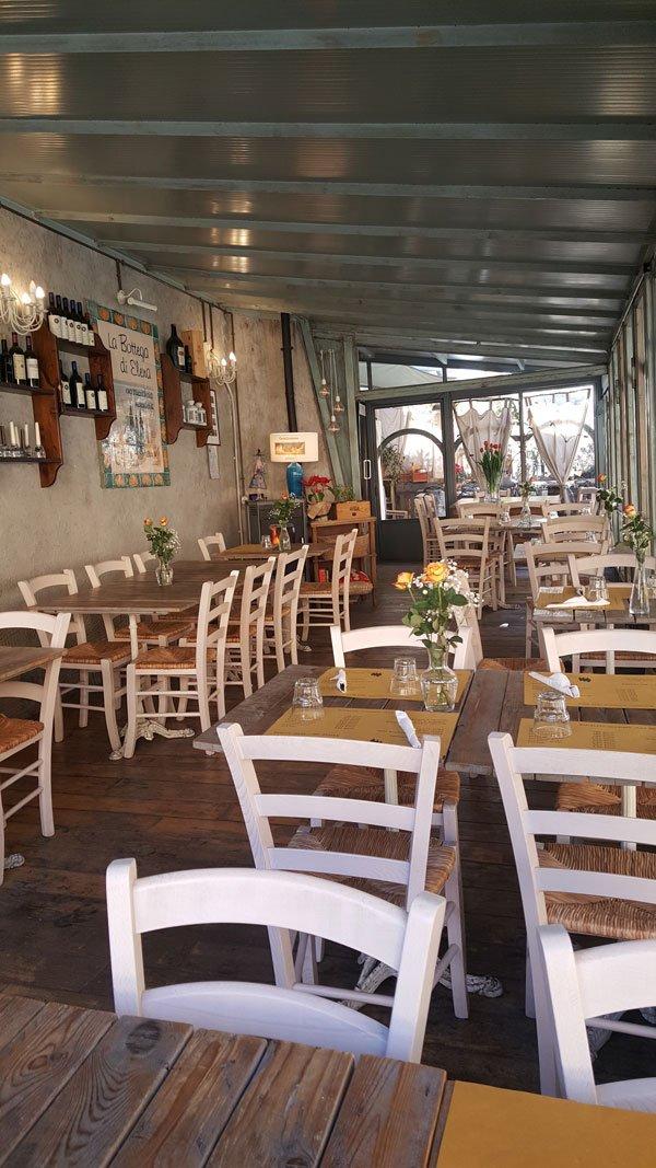 Interno del locale con sedie e tavolini