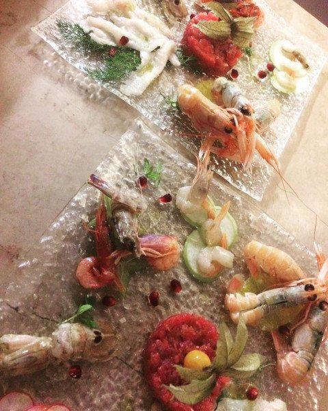 Entrante composto di diverse varietà di gamberetti e elegantemente presentato
