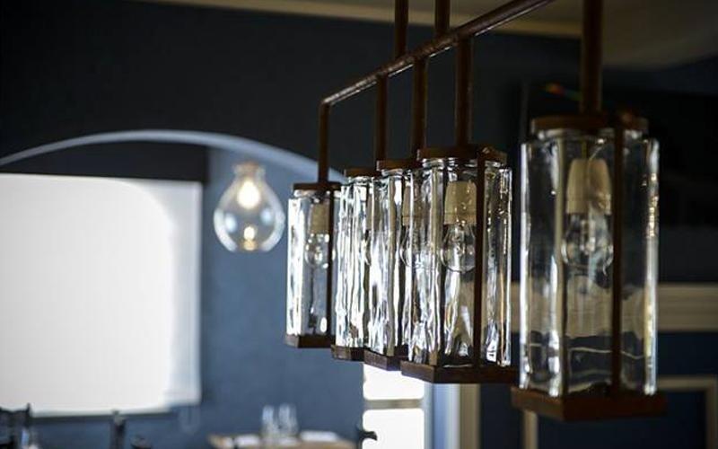 Vista dell'interno dove apprezziamo assurde lamparas quadrate di vetro