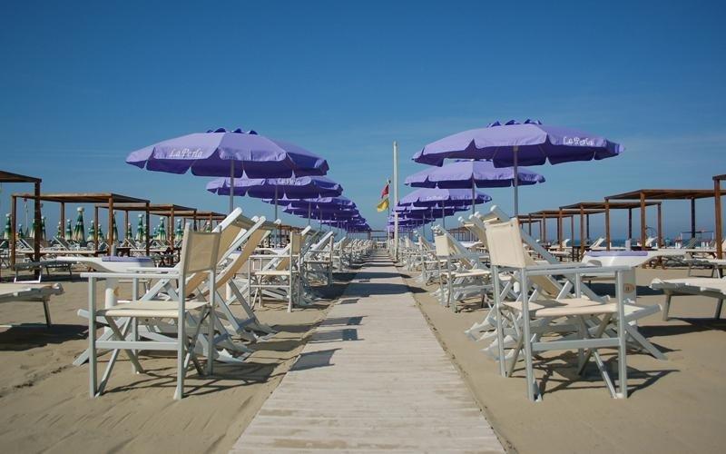 Le sedie e amache bianche in attesa di essere riempiti in un brillante giorno blu
