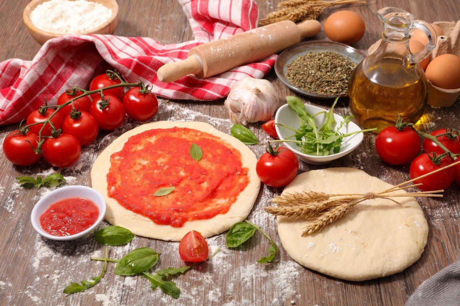 pizza con salsa di pomodoro ,l'aglio e l'olio