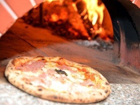 Pizza con mozzarella di bufala campana cotta nel forno a legna