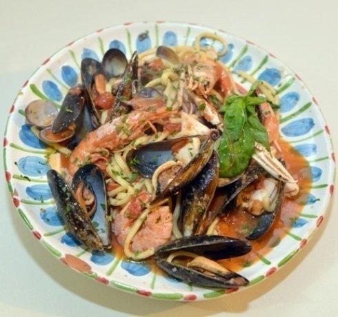Un primo piatto di pesce fresco con scampi e gamberi