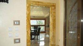 portale in marmo, pavimento in marmo, poltrona