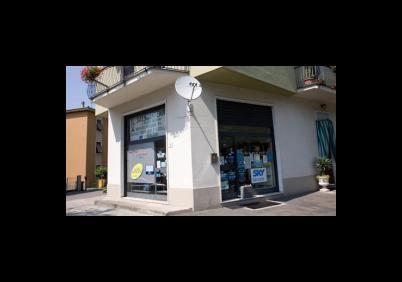 vista dell`angolo del negozio dalla strada