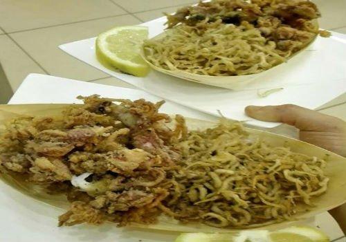 Piatti di calamari fritti