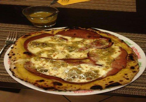 Pizza al prociutto mozzarella e pesto