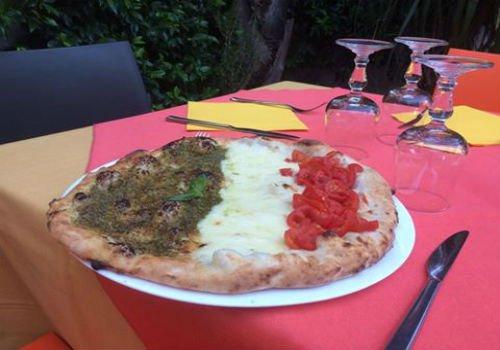 Pizza bianca con pomodori freschi,mozzarella e pesto