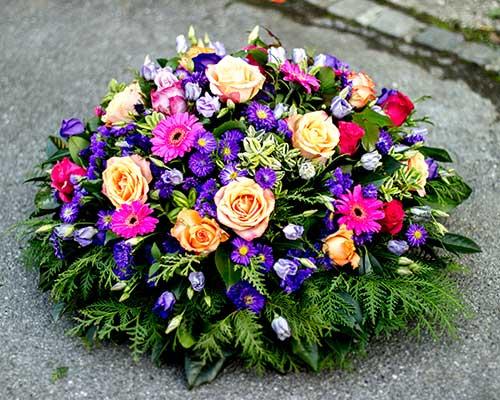 una composizione di fiori colorati