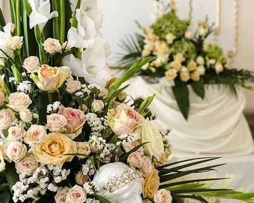 due composizioni di fiori