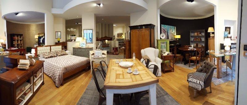 un letto, un tavolo e altri mobili all'interno di uno showroom