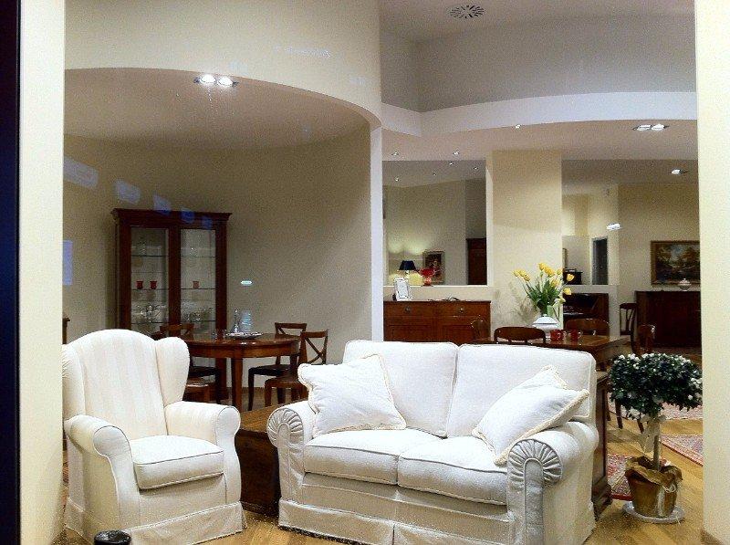 due poltrone bianche in un salone di esposizione