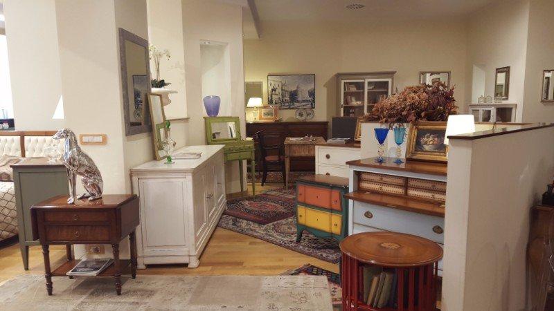 dei mobili in legno all'interno di un negozio di mobili