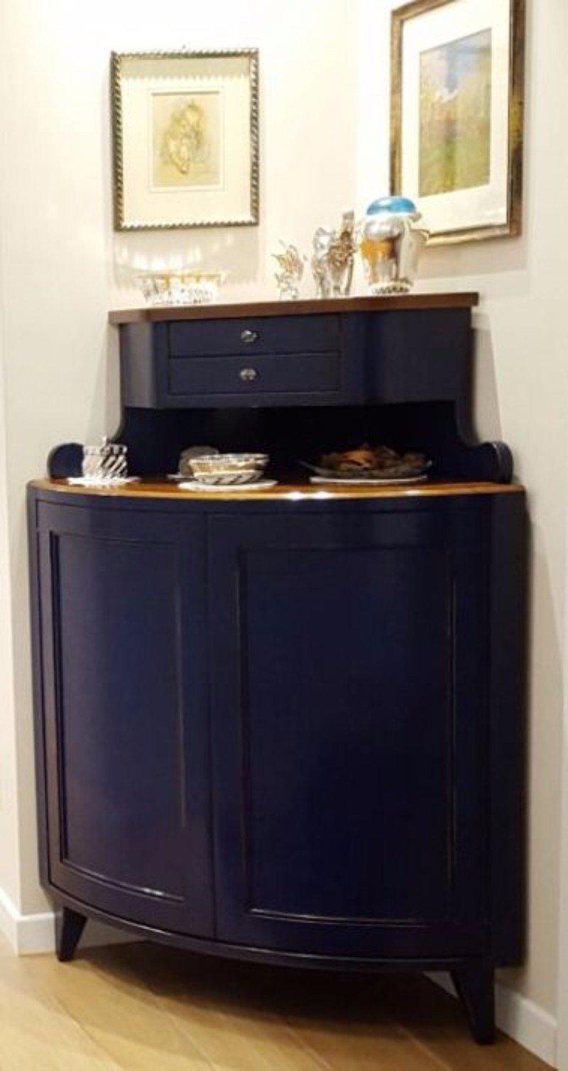 un mobile in legno blu con sopra degli oggetti e die cassetti