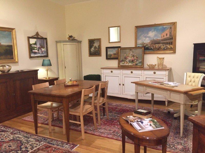 tavoli, sedie e mobili esposti in uno showroom