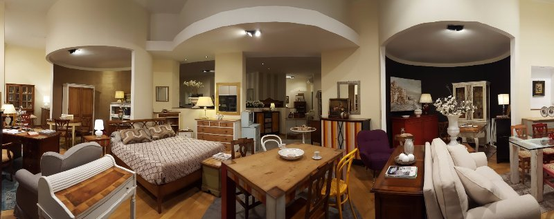 tavoli,divani,letti e mobili in un salone di esposizione