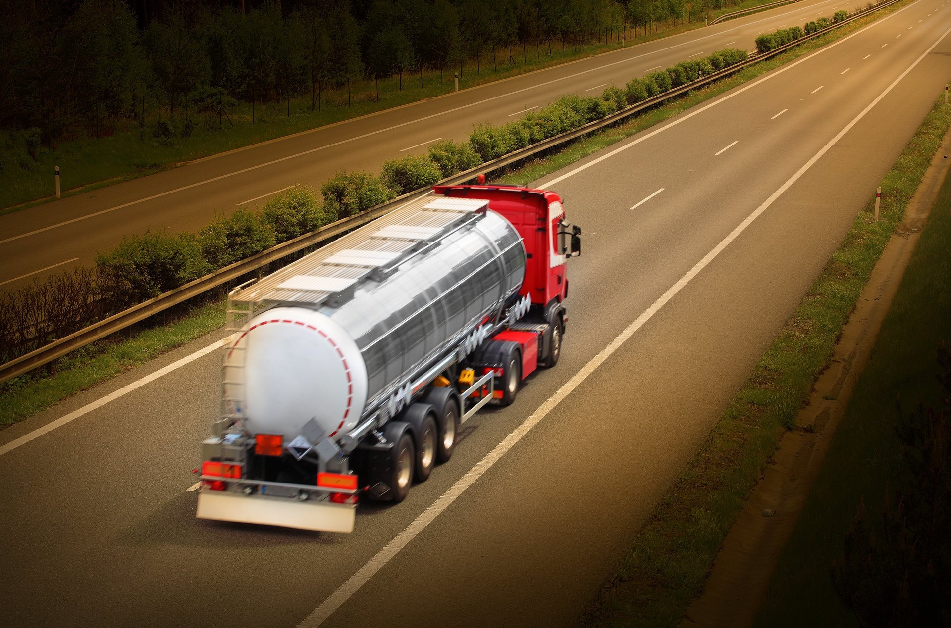 rifornimento carburante in un auto