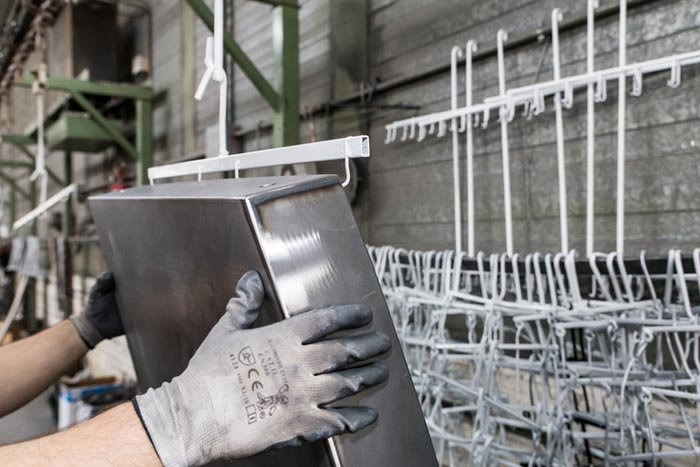 operaio con guanti da lavoro afferra un  utensile in ferro