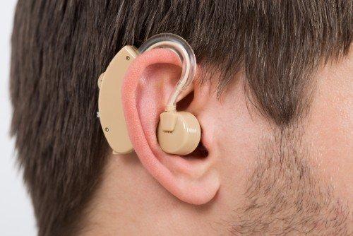 Uomo con apparecchio acustico