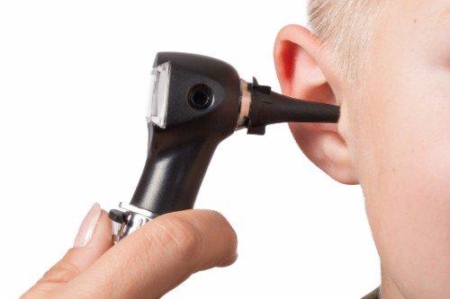 Orecchio di un bambino durante test audiometrico