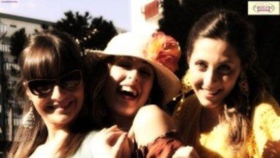Tre ragazze con abiti alla moda
