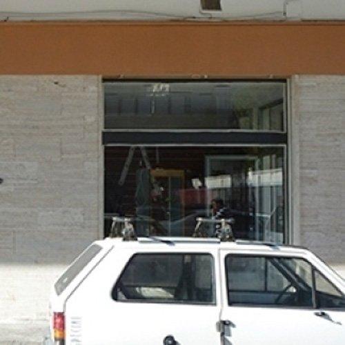 Ingresso della boutique con auto parcheggiata