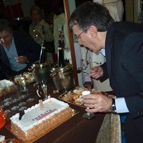 Taglio della torta durante un evento in boutique