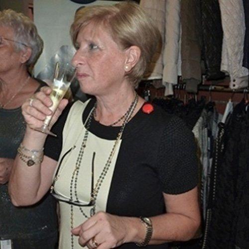 Cliente brinda durante un evento presso la boutique
