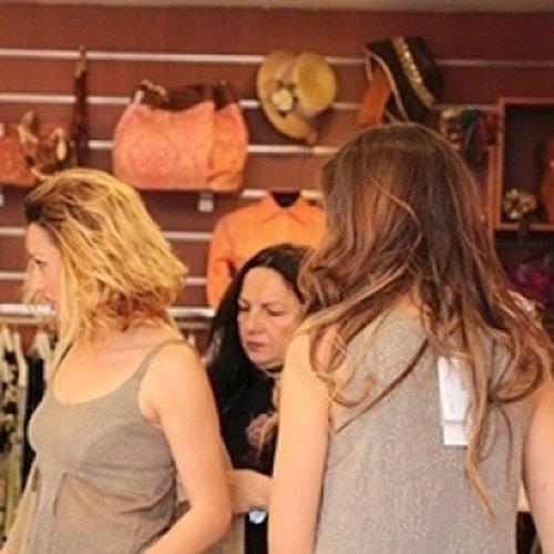Due clienti con abiti alla moda