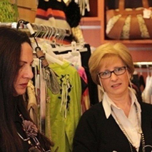 Cliente e commessa durante un evento della boutique