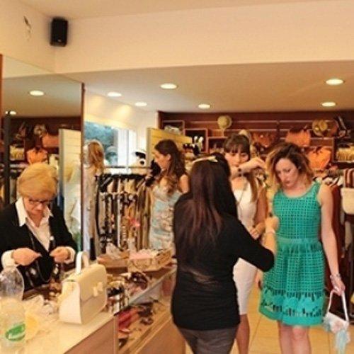 Personale della boutique con clienti