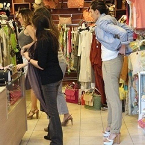 Clienti provano abiti della boutique