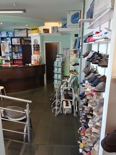 vista interna di un negozio con ausili medici ed ortopedici