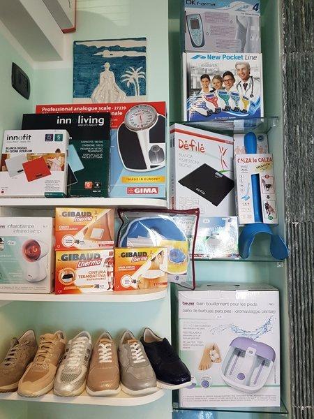 articoli ortopedici nel scaffale di negozio
