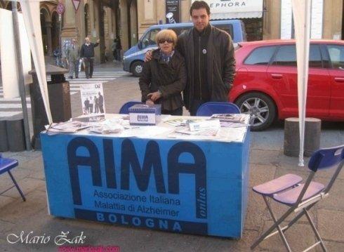 I volontari della associazione offrono assistenza e sostegno ai malati di Alzheimer e ai loro familiari.
