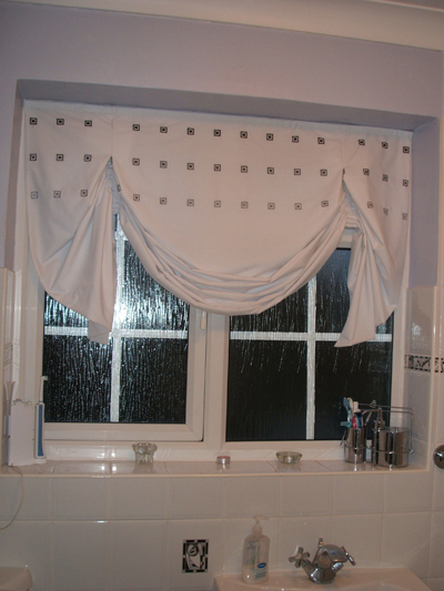Bathroom blinds in white fabric with grey square pattern