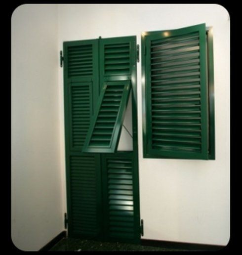 porta finestra e persiana verde