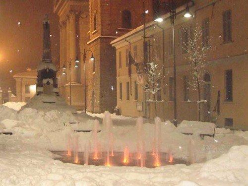 Fonte danzante illuminata in una notte invernale